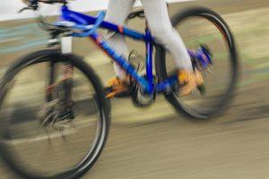疾走する自転車